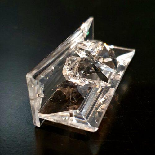 harten-op-een-bankje-geslepen-kristal-zijaanzicht