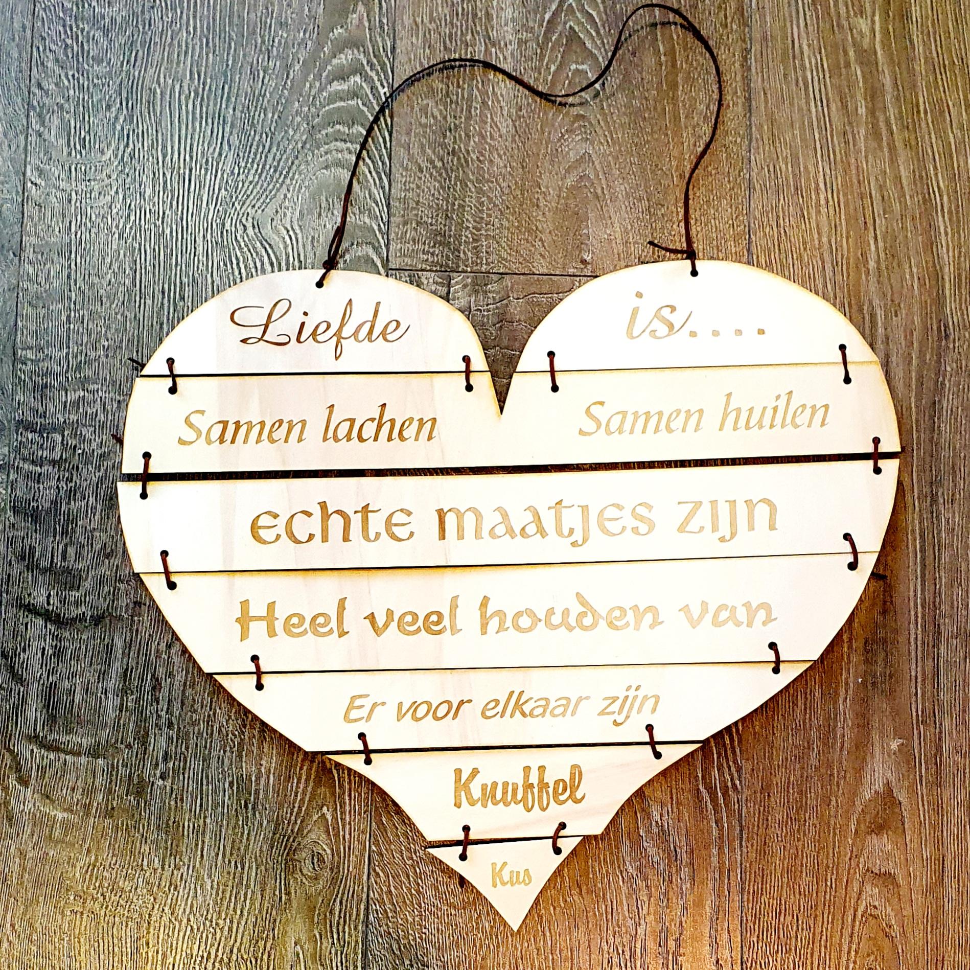 houten hart liefde gegraveerd