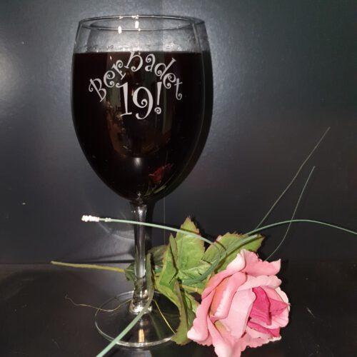 wijnglas-met-naam-en-leeftijd-gegraveerd