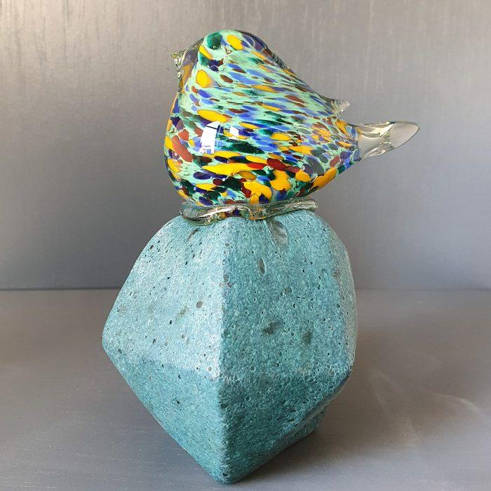 glazen-vogel-op-een-steen
