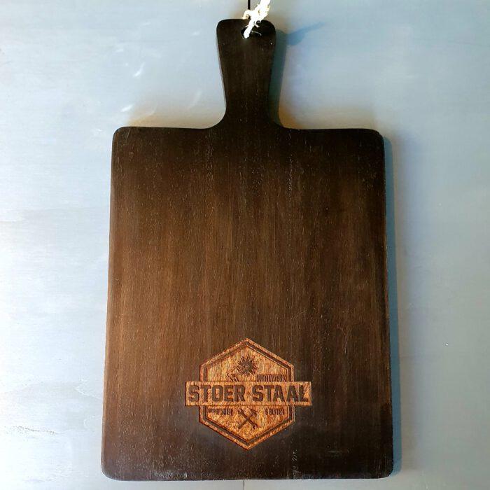 zwarte-houten-snijplank-met-logo
