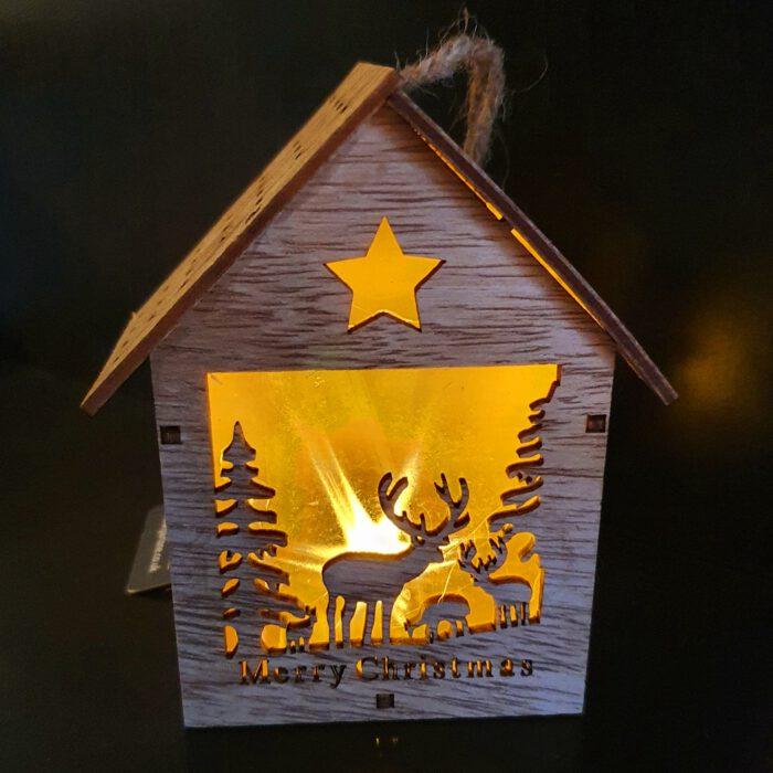 houten huisje met verlichting kerst