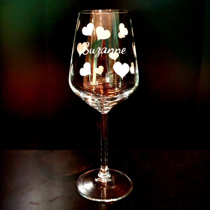 wijnglas-naam-hartjes-graveren