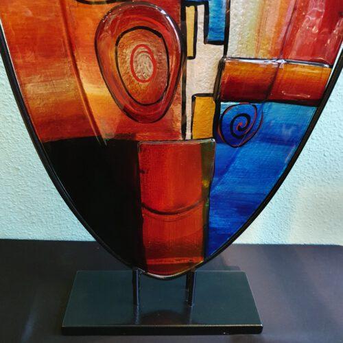glaskunst-hoge-glazen vaas-verschillende kleuren-artistiek
