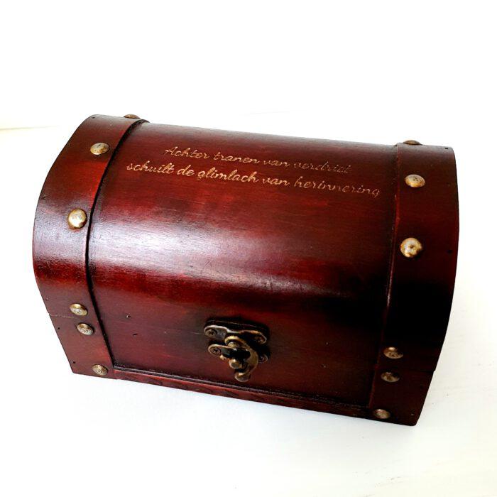 houten kistje vol herinneringen graveren